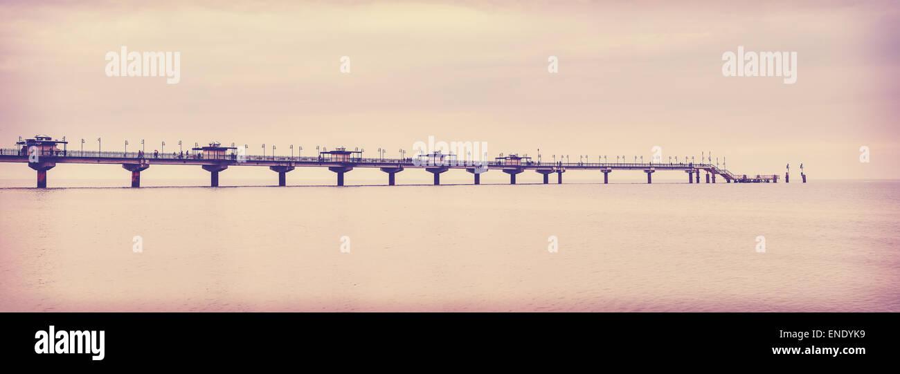 Retro vintage photo filtrée de longue jetée à Miedzyzdroje, Pologne. Photo Stock