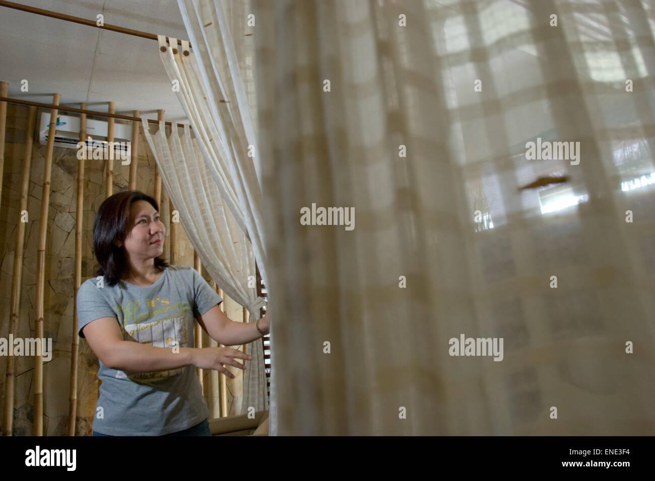 Elle Susi, retraité joueur de badminton, ouvre la réflexologie des pieds et de physiothérapie du Photo Stock