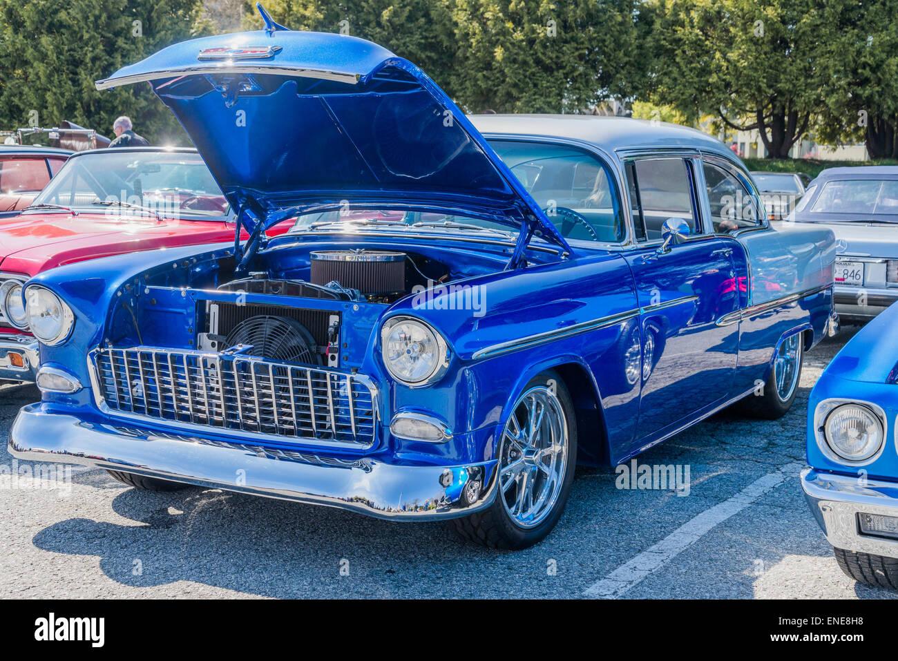 Automobile Chevrolet bleu classique avec le capot jusqu'à car show Photo Stock