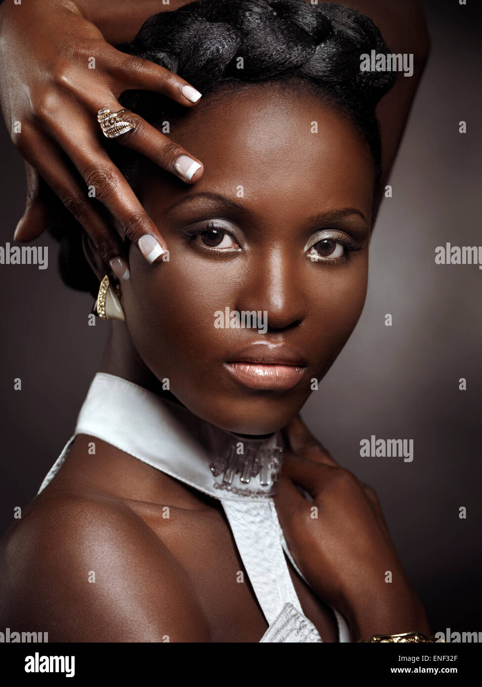 Belle jeune femme afro-américaine de beauté artistique portrait isolé sur fond noir Photo Stock