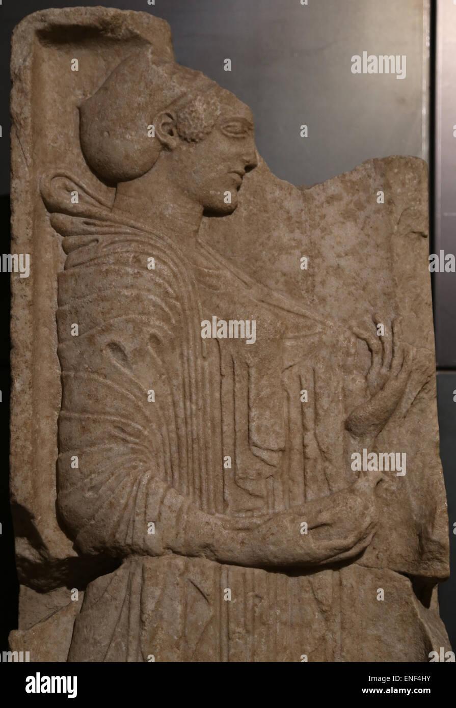 Cette stèle est grave. En. Original grec de l'école ionique. 500-490 BC. Jeune fille tenant une colombe Photo Stock