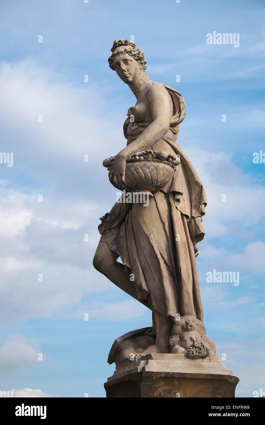 Statue sur les saisons de Ponte Santa Trinita pont enjambant l'Arno, Florence, Toscane, Italie Photo Stock