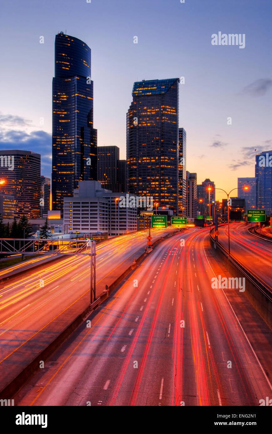 Vue d'exposition longue de la conduite à l'autoroute urbaine, Seattle, Washington, United States Banque D'Images