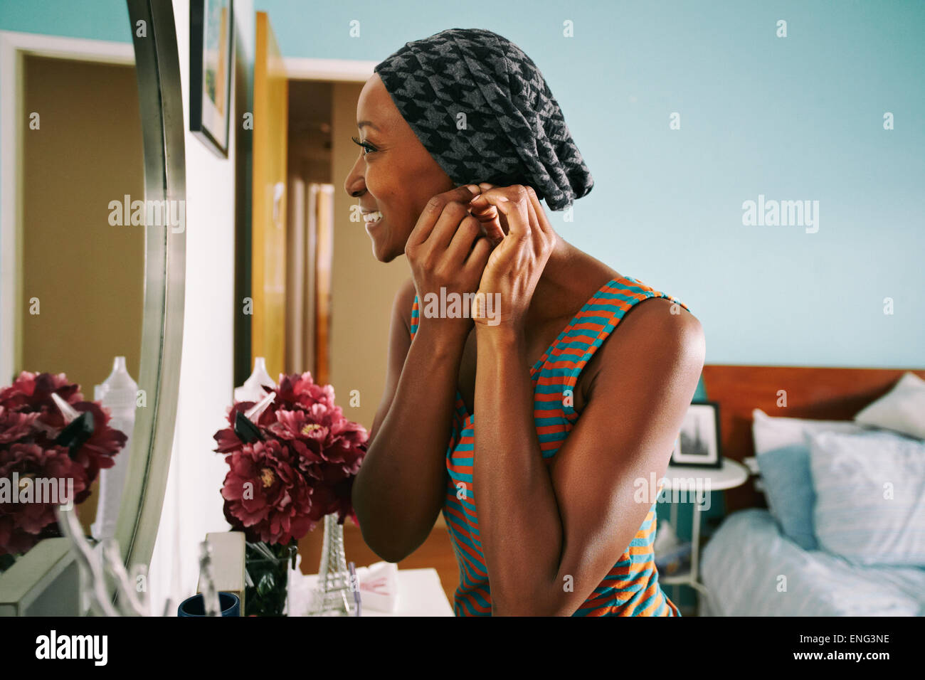Smiling African American Woman accrochage earring Banque D'Images