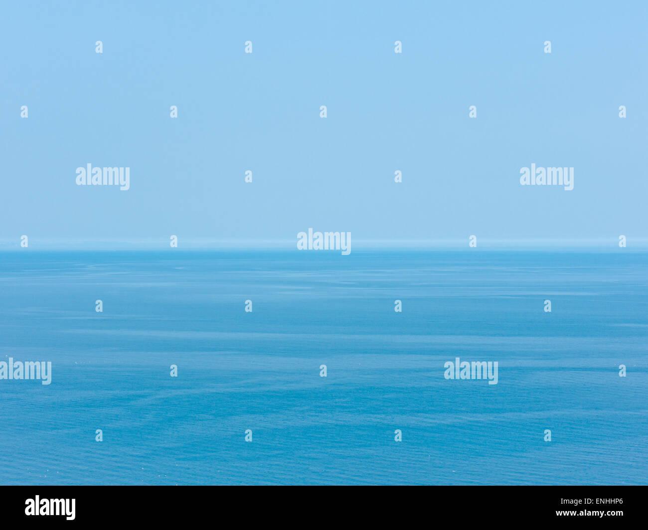 Horizon avec vue sur la mer et ciel bleu Photo Stock