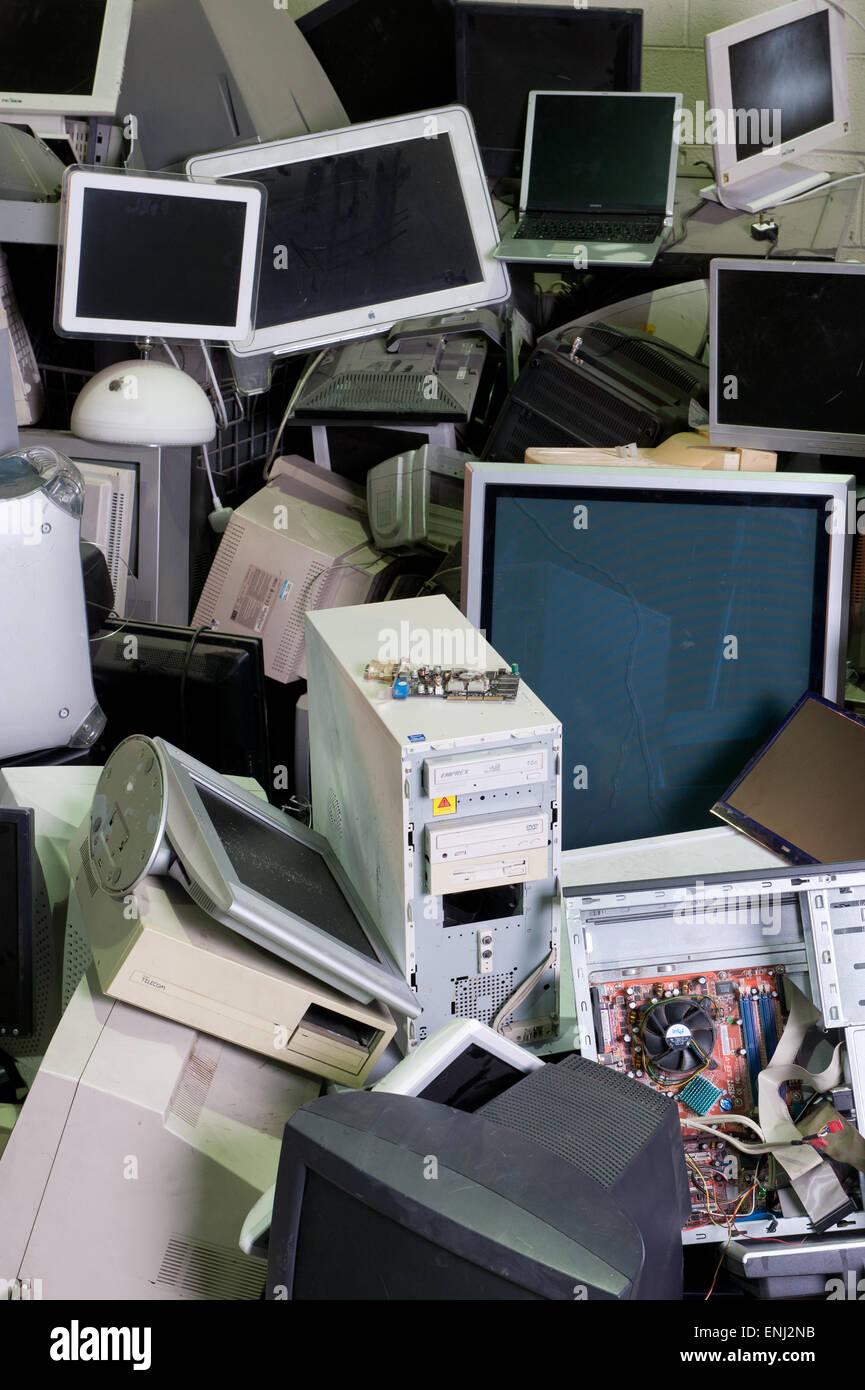 Les ordinateurs mis au rebut dans une pile en dump Photo Stock