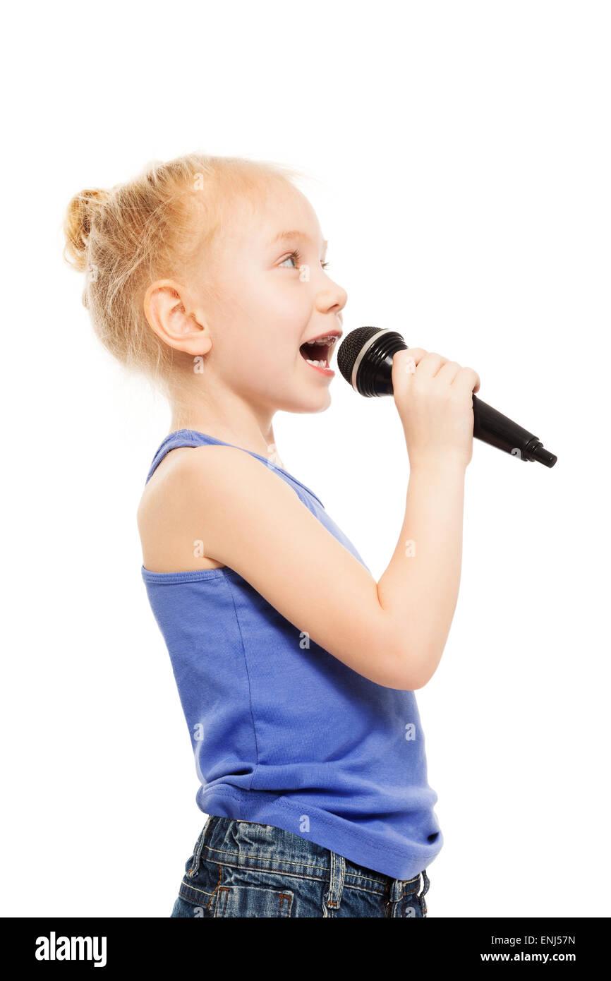 Portrait de petite fille en chantant dans le microphone Photo Stock