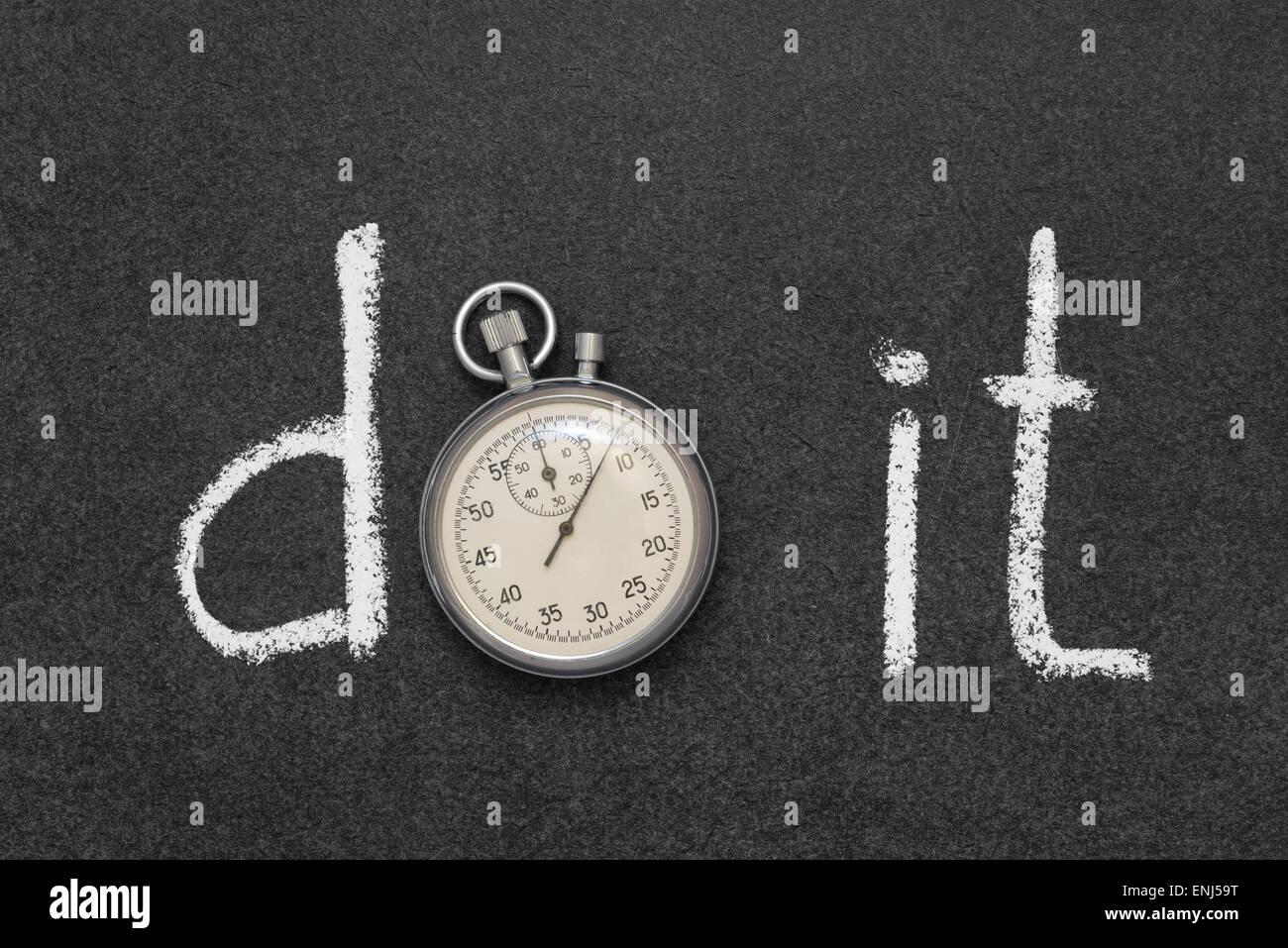 Faire une phrase à la main sur tableau avec vintage chronomètre précis utilisé au lieu d'O Photo Stock