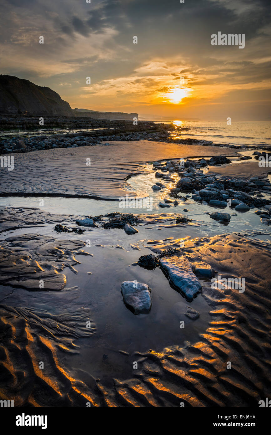 Coucher de soleil sur la plage de Kilve Somerset. Photo Stock