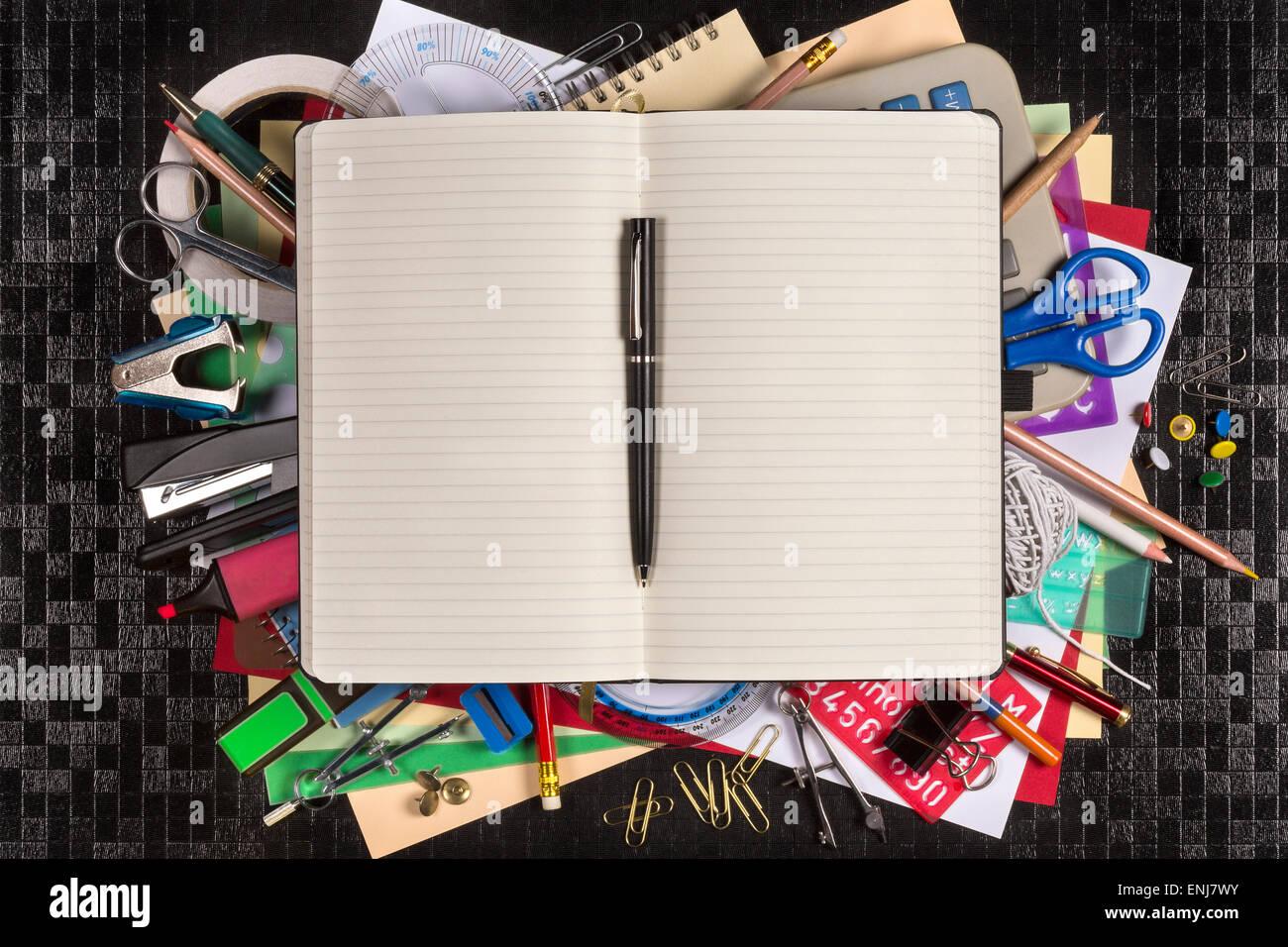 Sélection de papeterie pour le bureau ou pour retourner à l'école ou au collège - livre Photo Stock