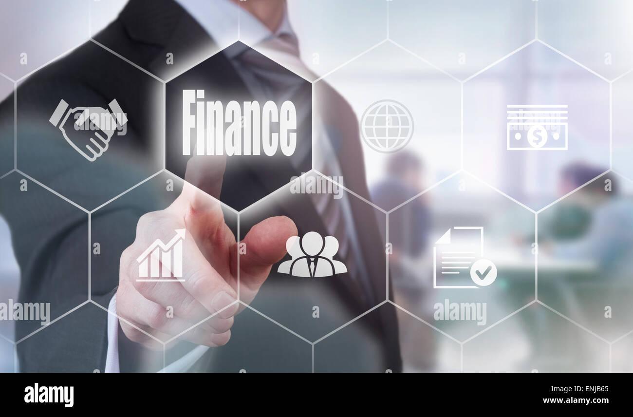 Businessman en appuyant sur un bouton concept Finance. Photo Stock