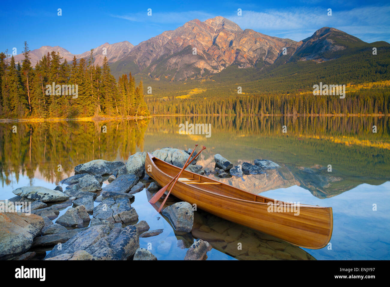 Canoë, le lac Pyramid Pyramid Mountain avec en arrière-plan, Jasper National Park, l'UNESCO, de l'Alberta, Photo Stock