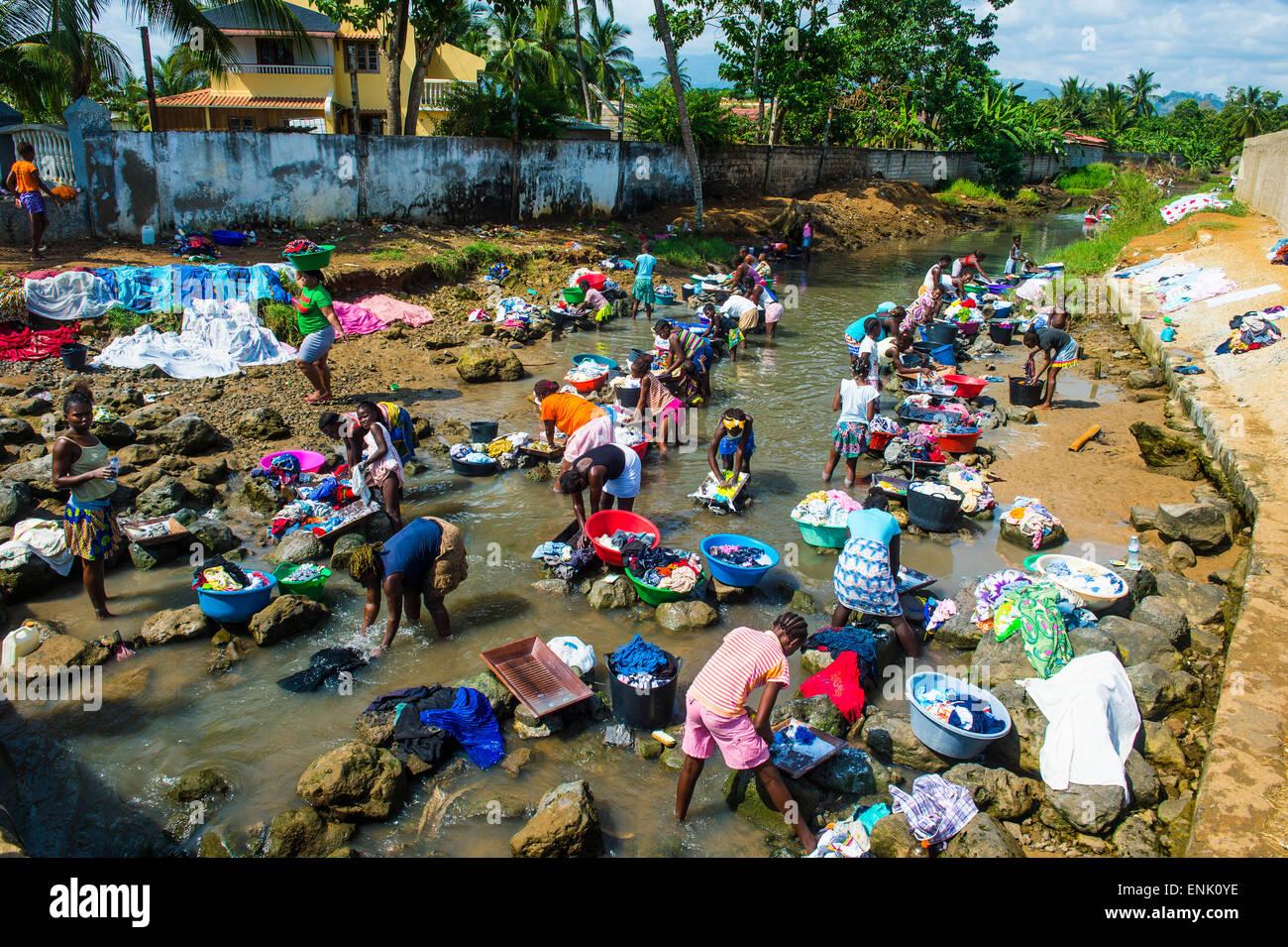 Les femmes lavent les vêtements dans le lit d'une rivière, ville de Sao Tomé, Sao Tomé et Photo Stock