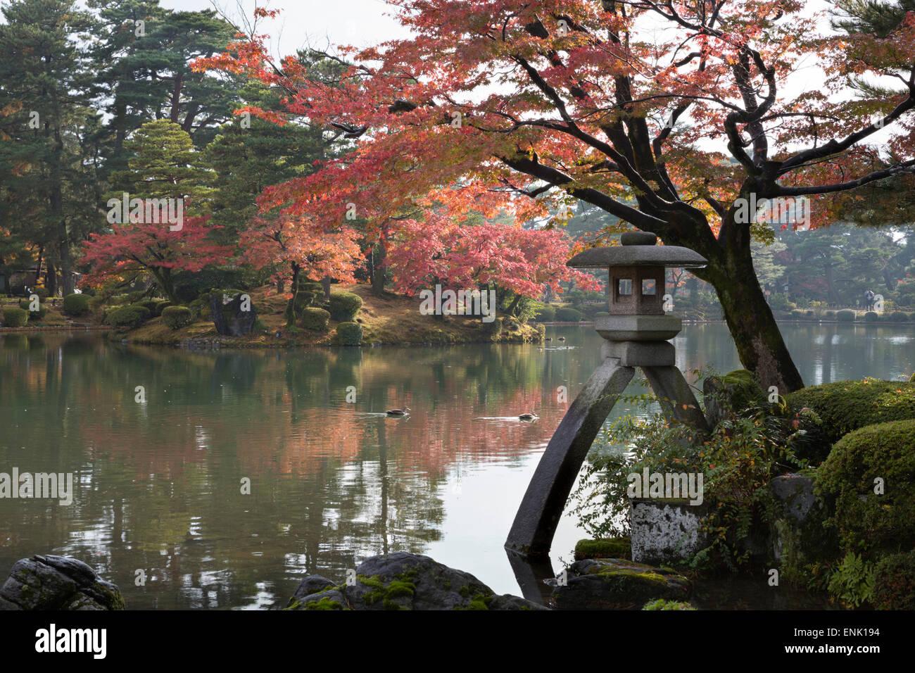 Avec Jardin Kenrokuen lanterne Kotojitoro en automne, Kanazawa, Ishikawa Prefecture, Honshu central, le Japon, l'Asie Photo Stock