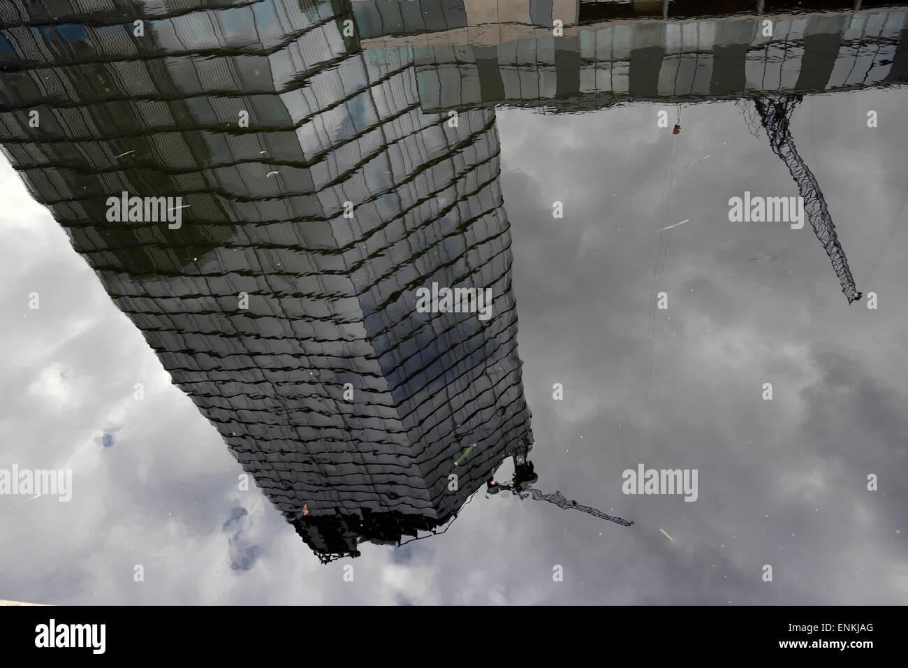 Une réflexion de l'Appartements de luxe en constructiion Canaletto dans les eaux de la ville, du bassin Photo Stock