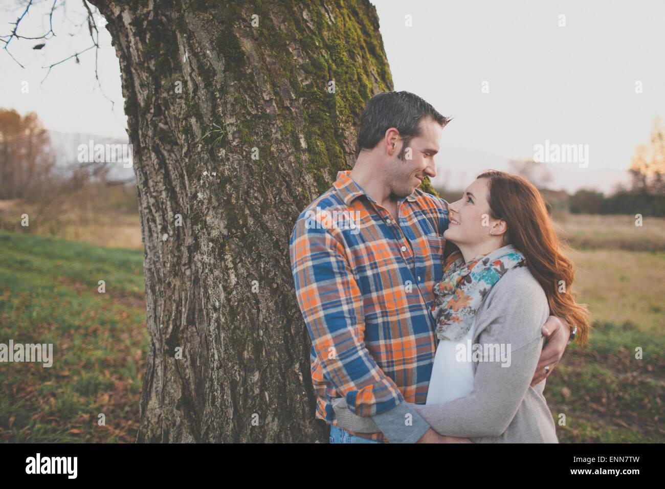 Portrait d'un mari et femme souriant à l'autre. Photo Stock