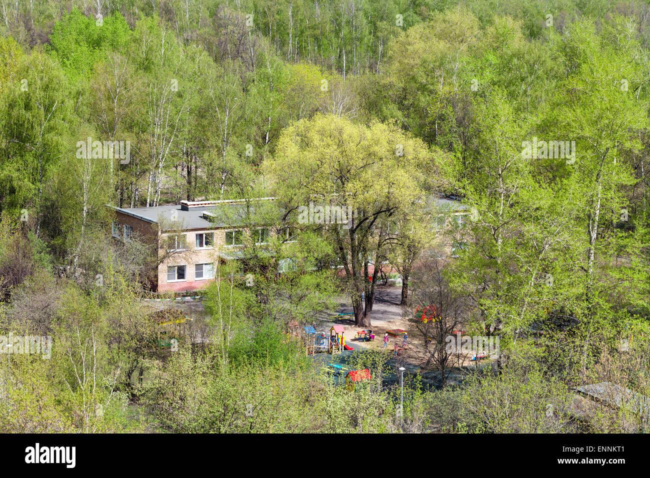 La maternelle en bois verts sous le soleil de printemps Banque D'Images