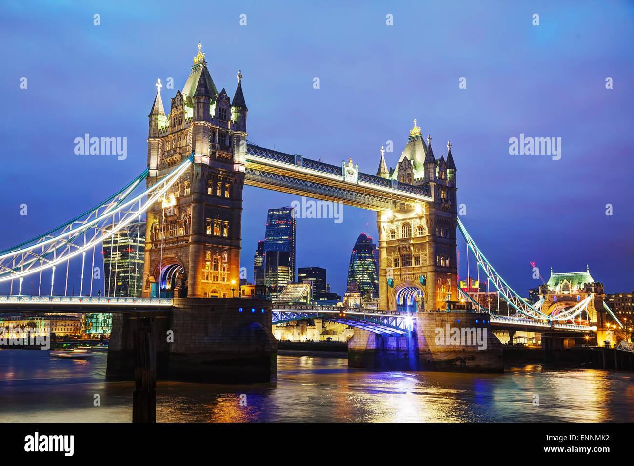 Tower Bridge à Londres, Grande Bretagne au temps de nuit Photo Stock