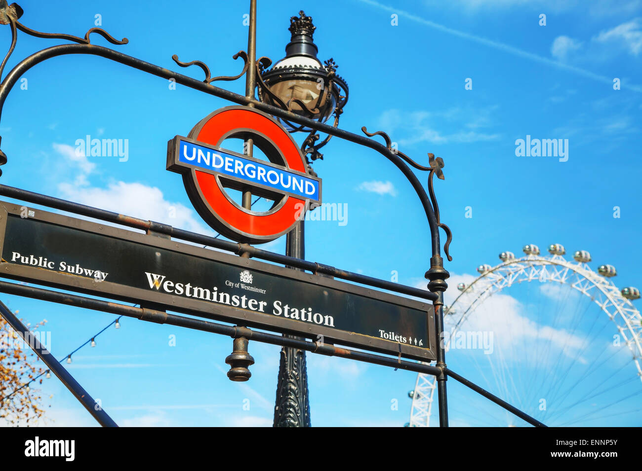 Londres - le 12 avril : London Underground sign à la station Westminster le 12 avril 2015 à Londres, Photo Stock