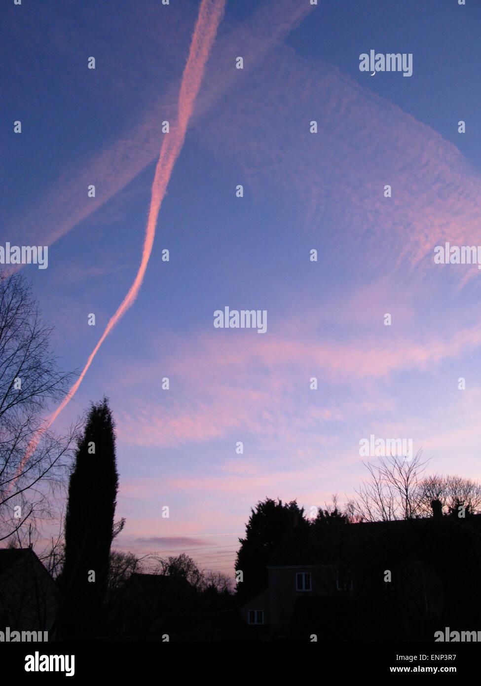 Ciel du soir sentiers jet rose Photo Stock