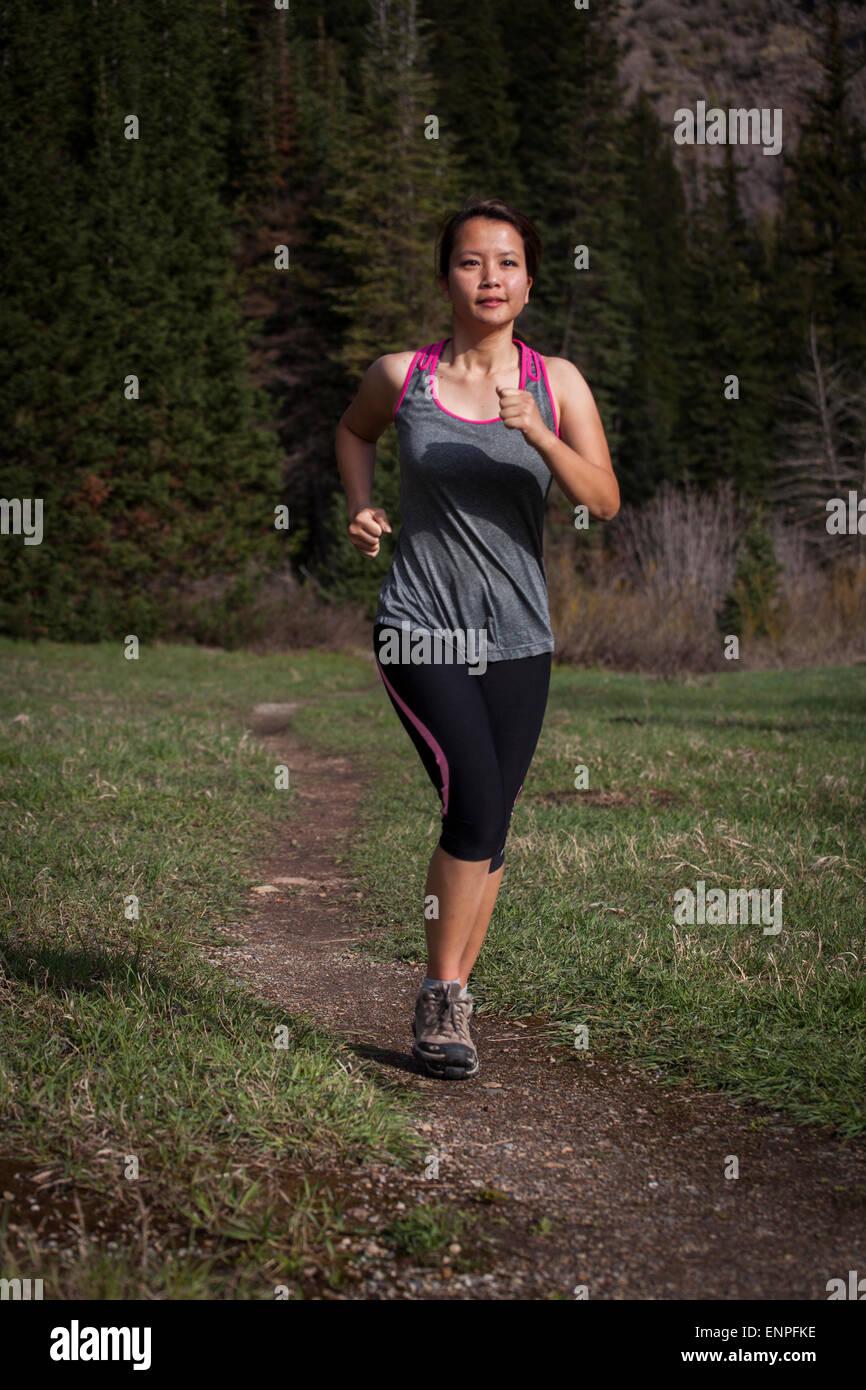Woman outdoors brunette trail running femme, femme, run, la course, le conditionnement physique, la formation, l'exercice, Photo Stock