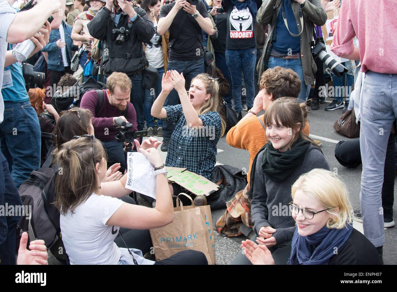Londres, 9 mai 2015. Les gens s'asseoir et de bloquer la rue de Westminster Bridge, lors d'une manifestation Photo Stock