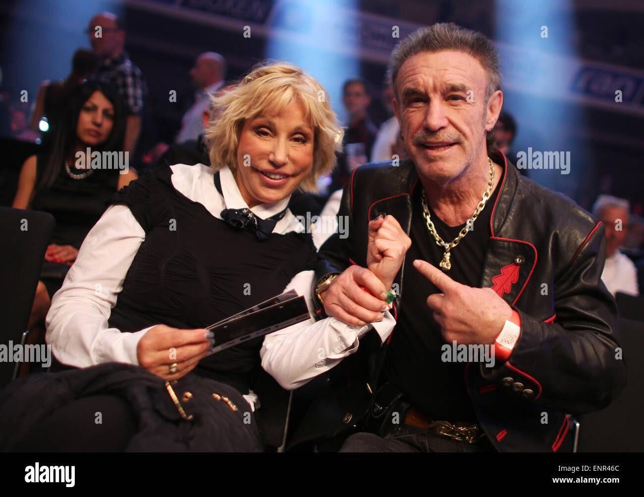 Francfort, Allemagne. 9 mai, 2015. Ancien boxeur professionnel Rene Weller et son épouse Maria Doerk arrivent Photo Stock