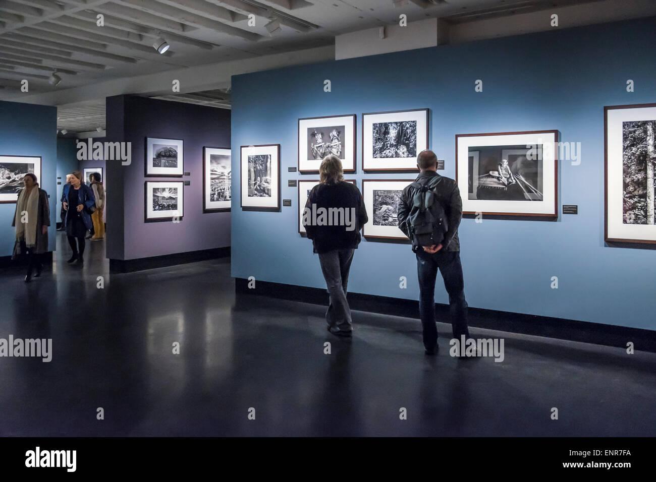 C/O Berlin gallery à l'intérieur et les gens du photographe Sebastiao Salgado, exposition 'Genèse' Photo Stock
