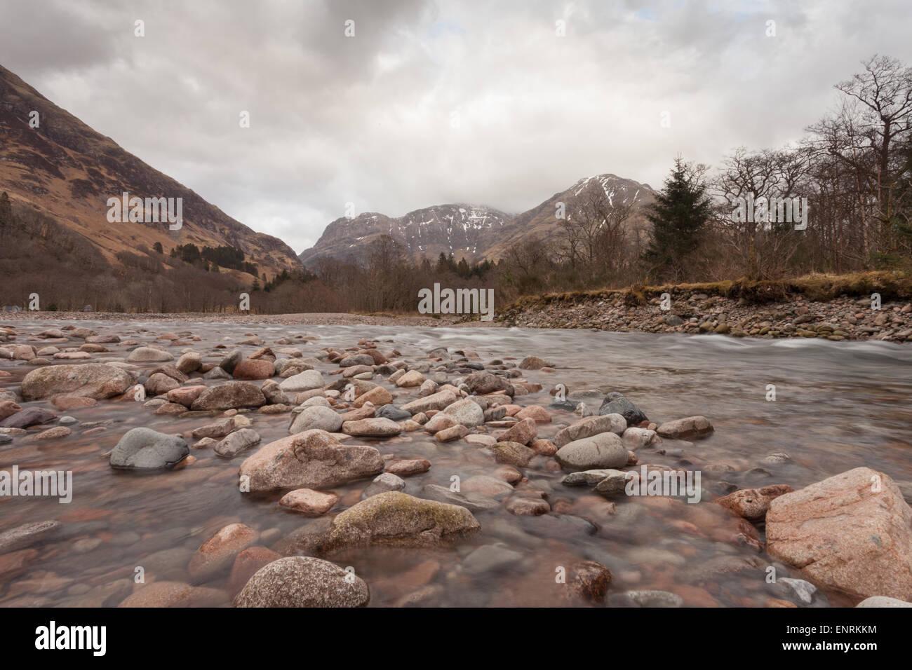 Photo panoramique des highlands écossais, avec une rivière ou un cours d'eau et des pierres à Photo Stock