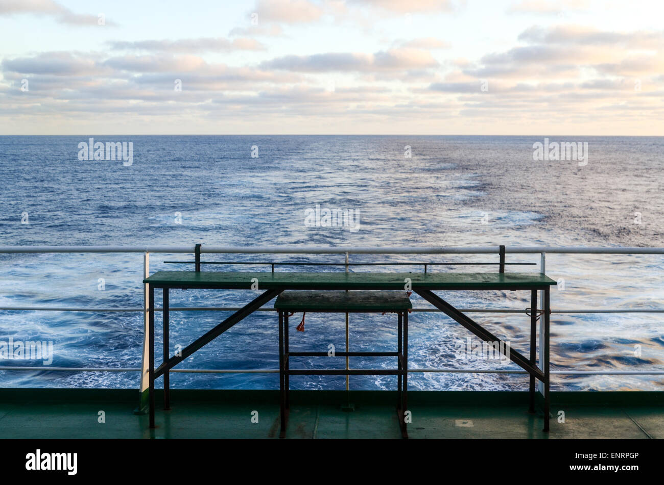 Freighter travel : table vide et trace d'un cargo en pleine mer de l'océan Atlantique Photo Stock