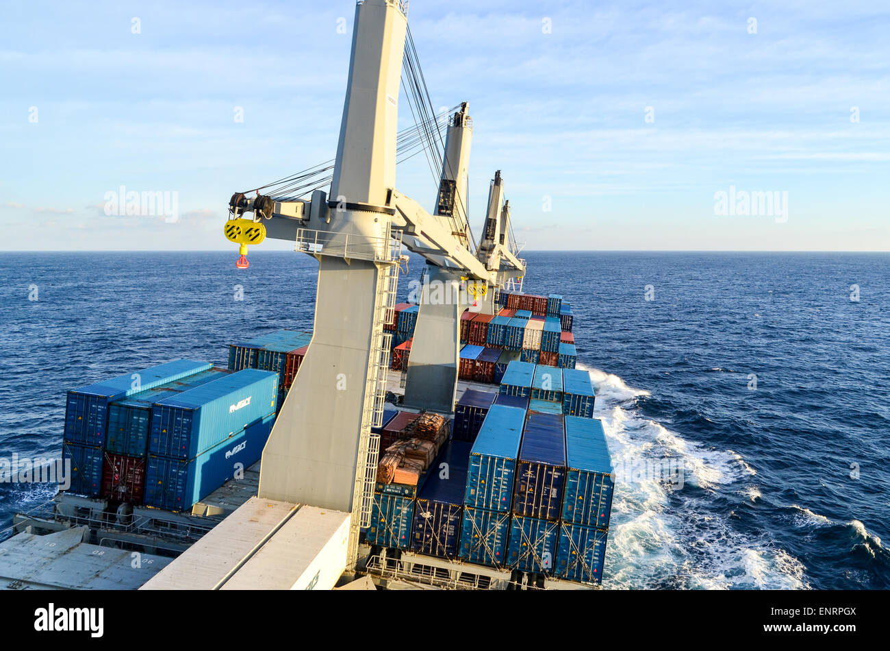 Navire transportant des conteneurs roulant dans la mer ouverte sur l'océan Atlantique Photo Stock