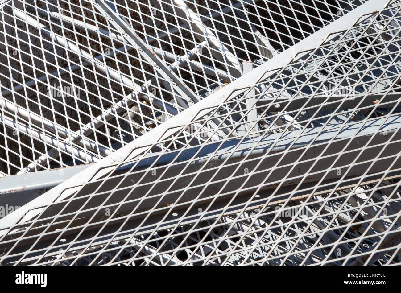 Fer à repasser, grille et matériaux ferreux dans la mise en décharge des objets métalliques Photo Stock