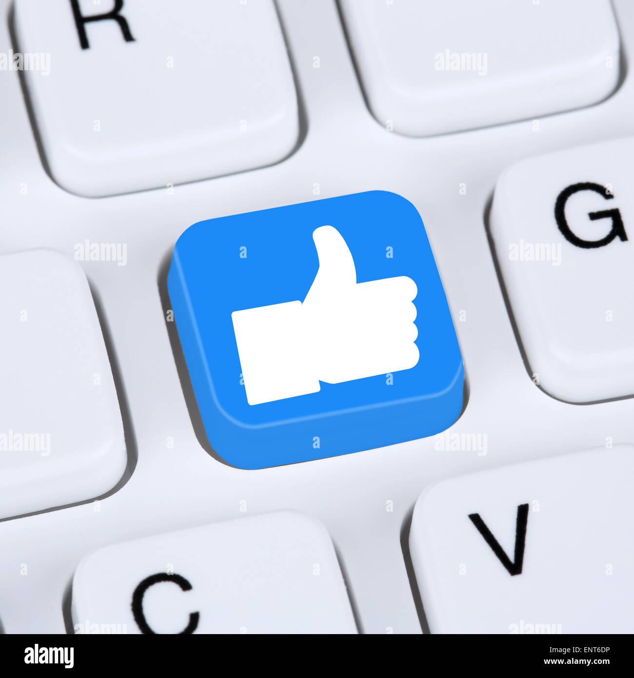 Concept Internet comme symbole l'icône du bouton thumb up médias sociaux ou réseau sur clavier Photo Stock