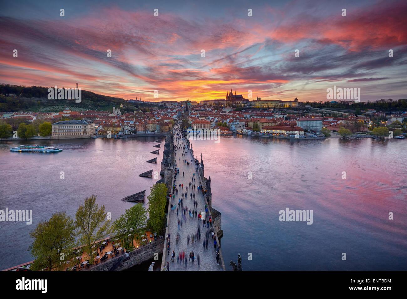 Coucher de soleil sur le Pont Charles et le château de Prague Photo Stock