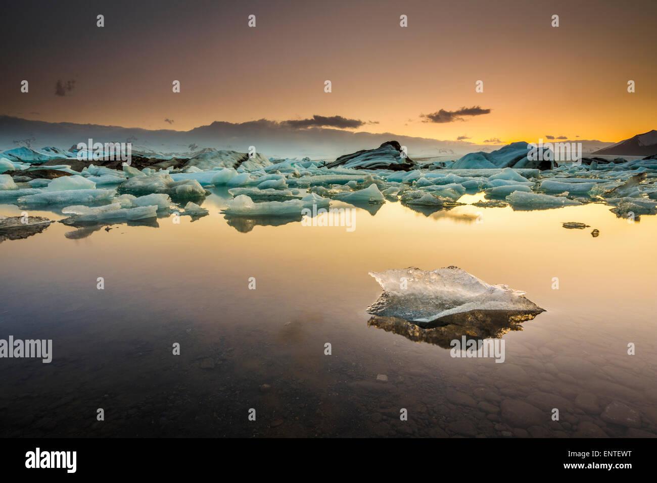 Paysage d'Islande - Coucher du soleil à Lagon Jökulsárlón, Parc national du Vatnajökull Photo Stock