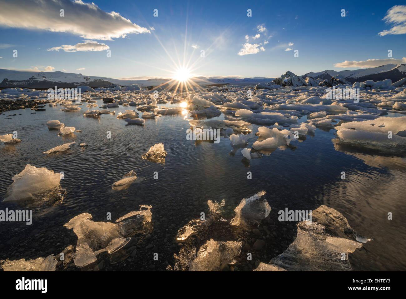 L'Islande Jokulsarlon, lagon, Parc national du Vatnajökull au coucher du soleil Photo Stock