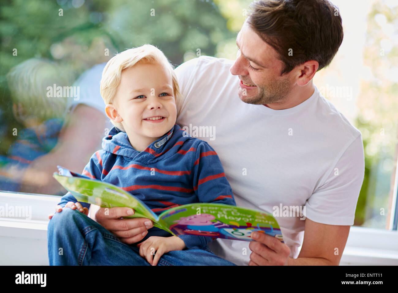 Livre de lecture aux enfants de père Photo Stock