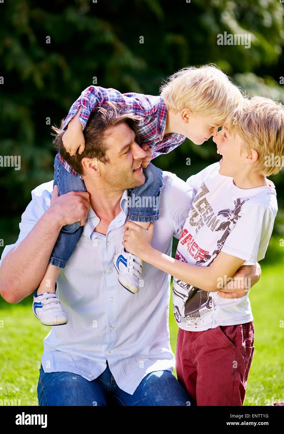 Père jouant avec les enfants est à l'extérieur Photo Stock