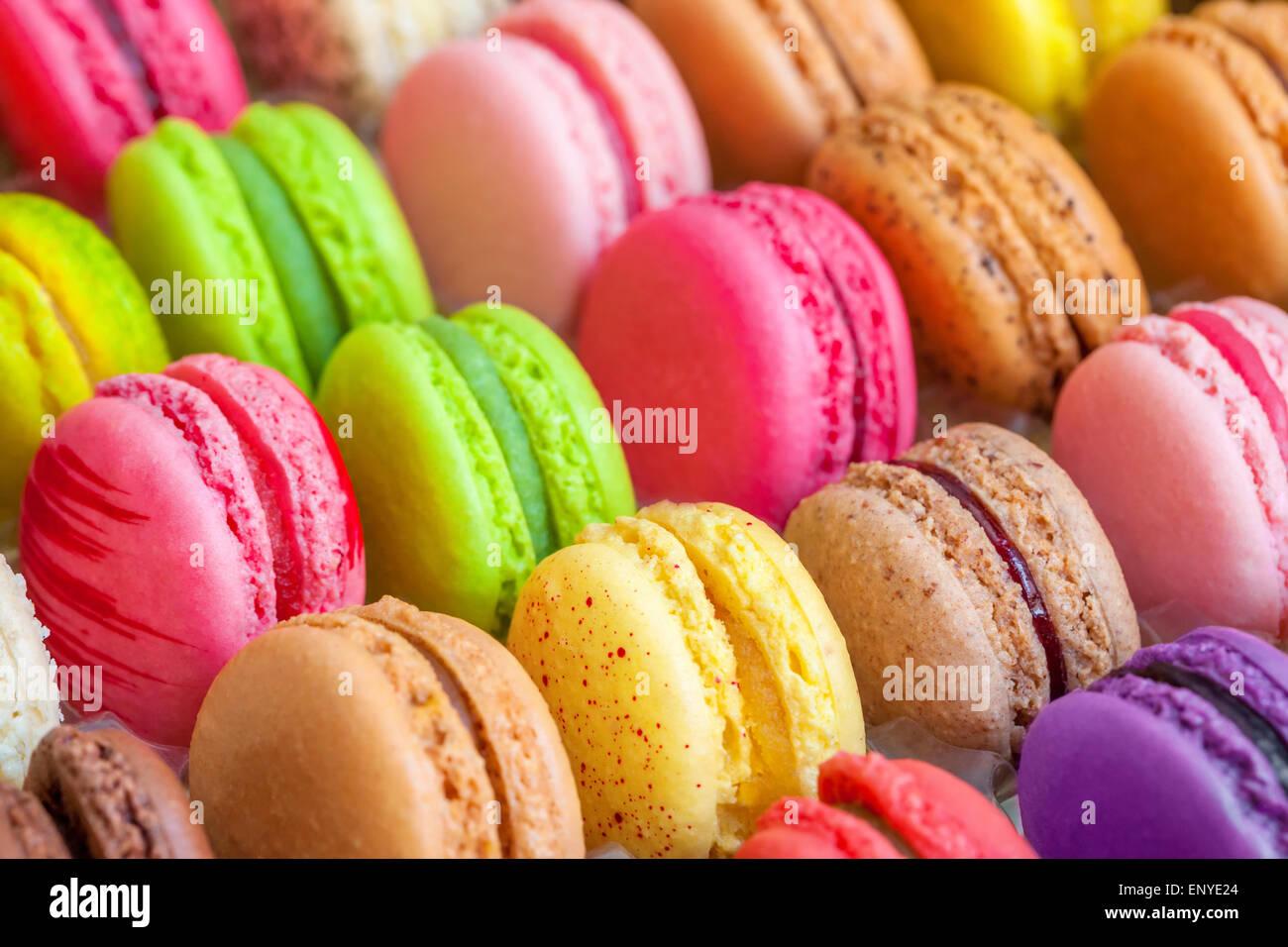 Macarons colorés traditionnels français dans une boîte Photo Stock