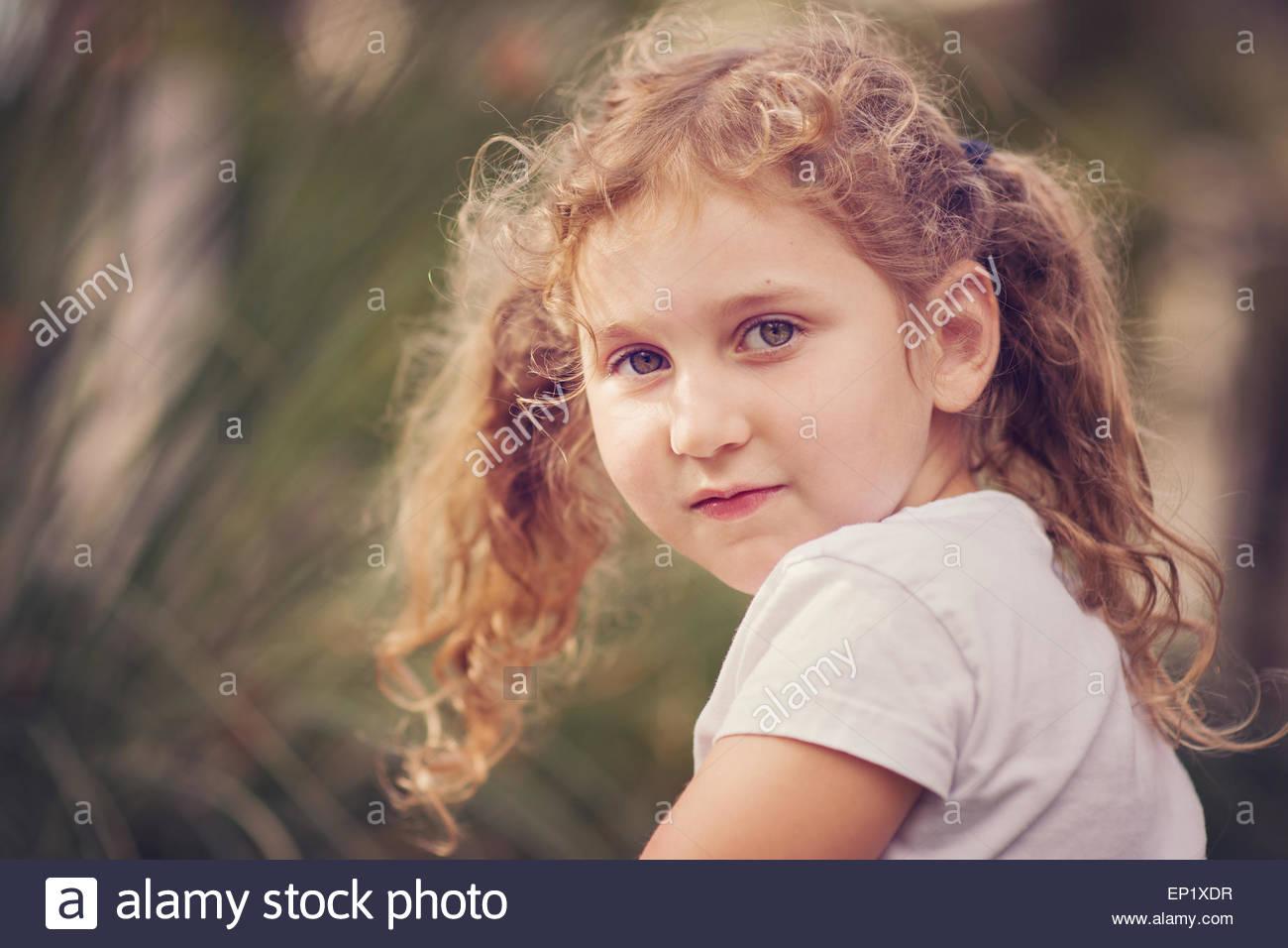 À la fille par-dessus son épaule Photo Stock