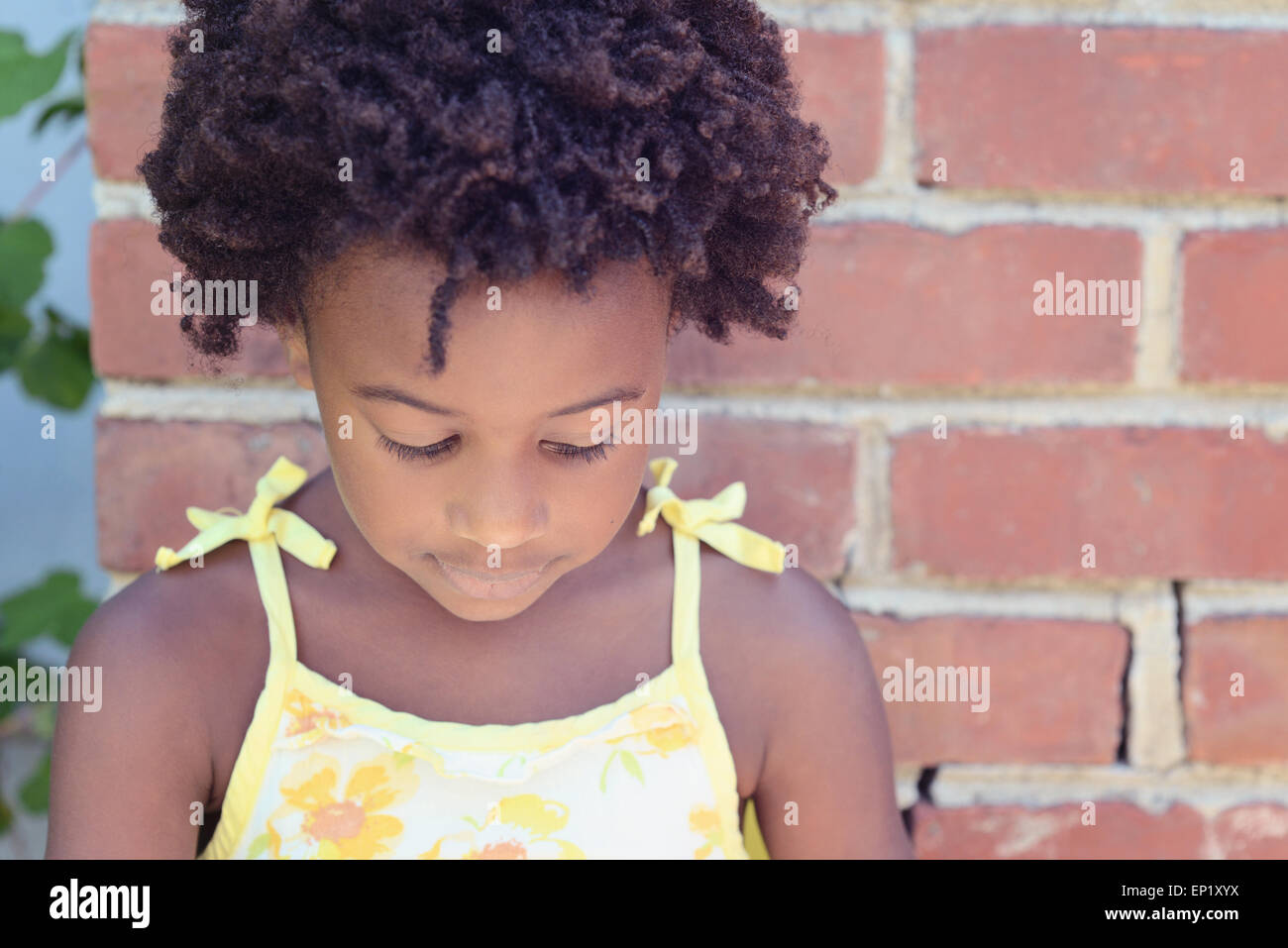 Portrait d'un African American girl looking down Banque D'Images