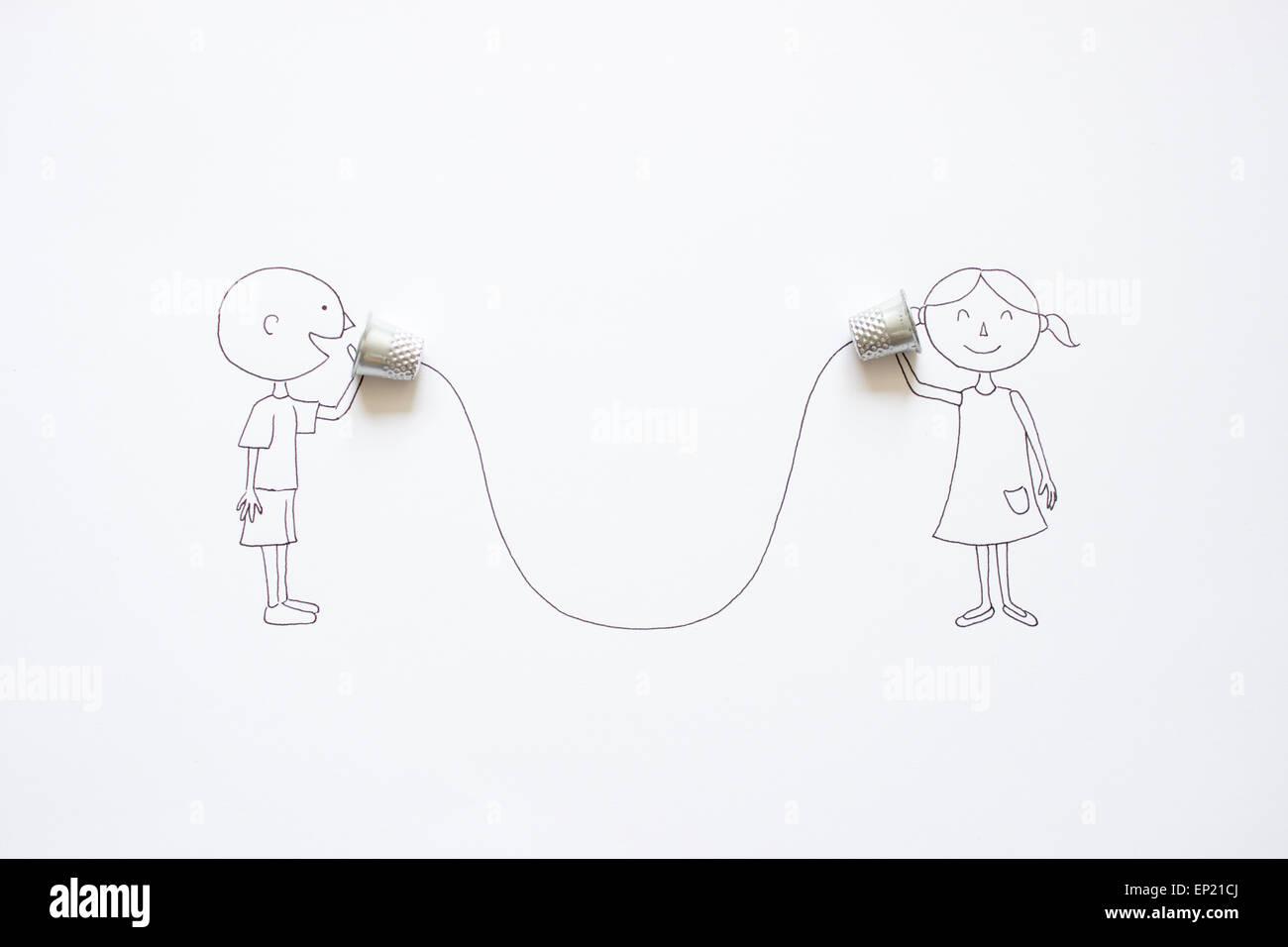 Garçon et fille conceptuel parlant avec tin can téléphones mobiles Photo Stock