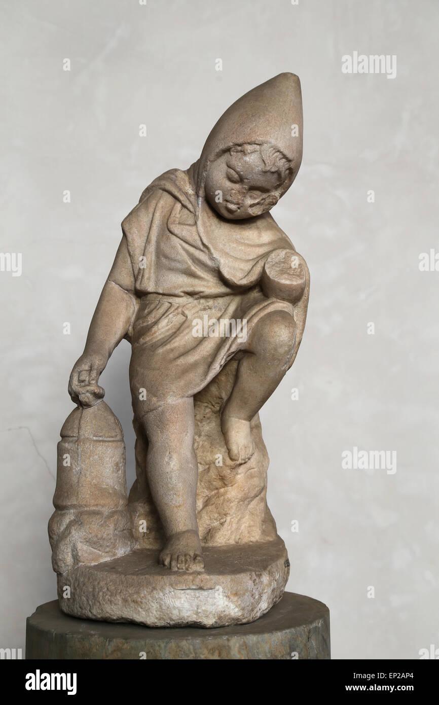 Statuette de un enfant slepping (cucullus) avec une lampe. En. Rome, le Tibre. Musée National Romain. Thermes Photo Stock