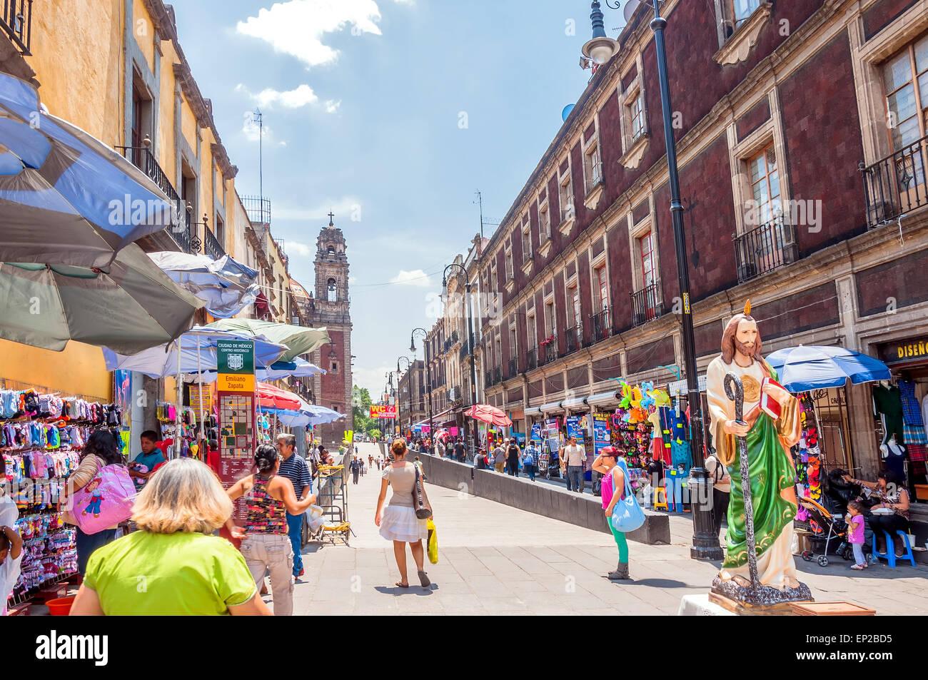 La VILLE DE MEXICO, MEXIQUE - 29 avril 2014: les habitants et les touristes dans les rues du centre-ville Photo Stock