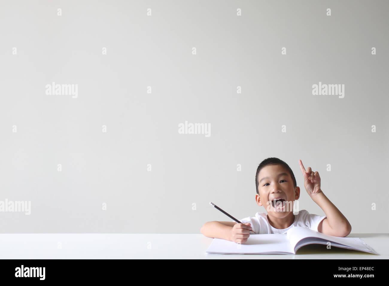 Garçon ayant une idée tout en étudiant Photo Stock