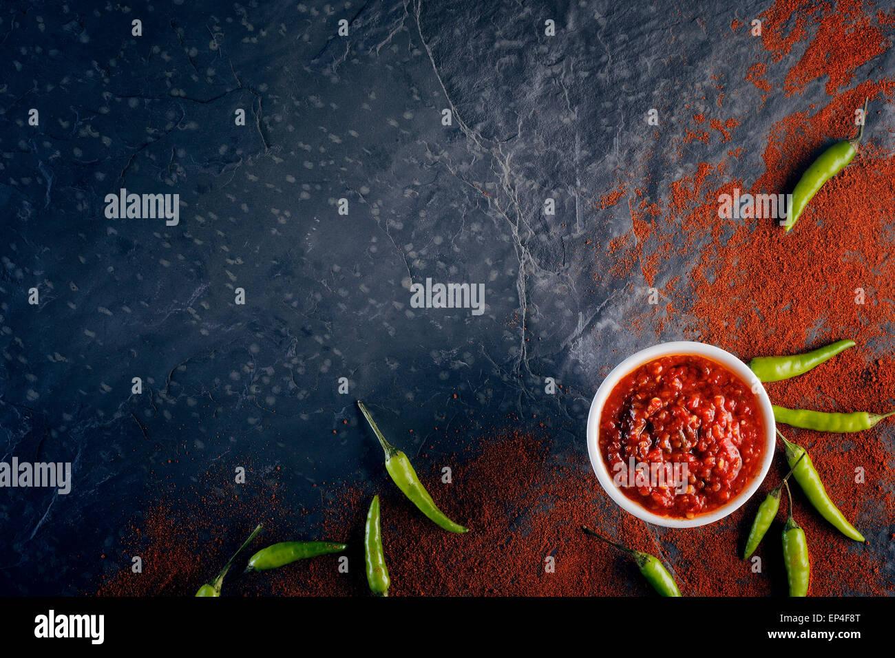 Le piment et l'ail sur relish ardoise noire au-dessus de l'arrière-plan Photo Stock