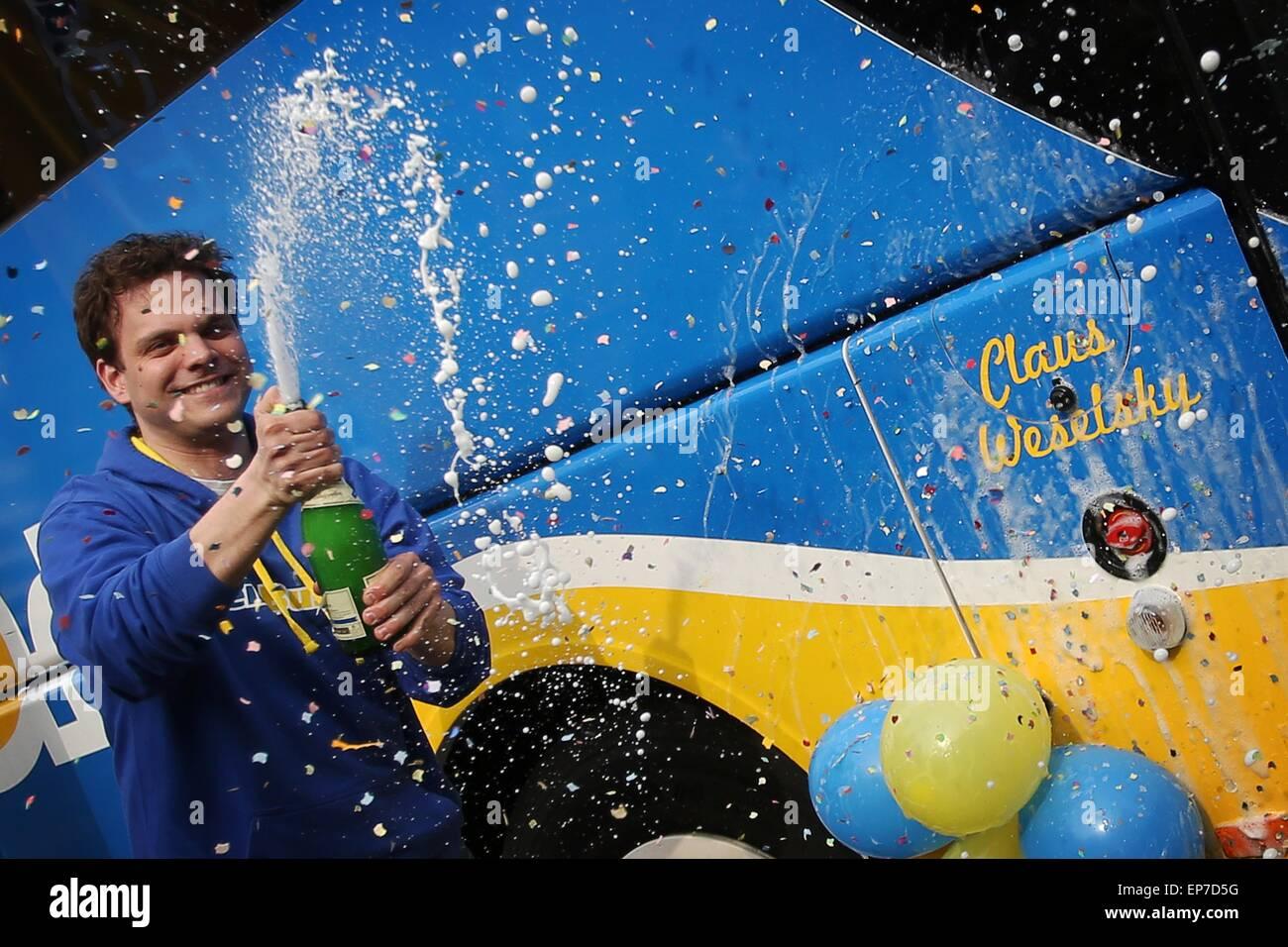 Le co-fondateur de la compagnie de bus longue distance 'einBus.de, ' Christian Janisch (C), baptise le nouveau bus Banque D'Images