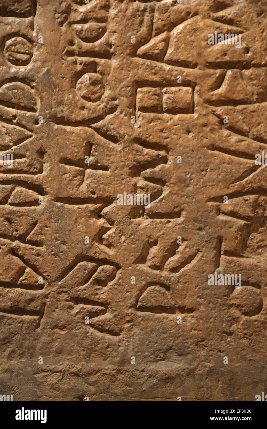 Pierre romain 'Lapis Niger' avec texte latin archaïque. 6ème siècle avant JC. Du Forum Romain. Photo Stock