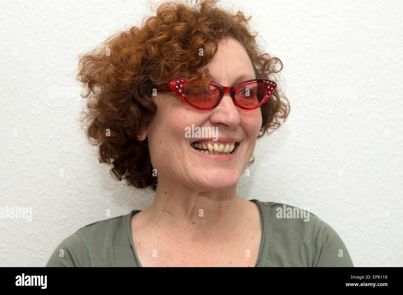 L allemand femme portant des lunettes de soleil de couleur rouge Photo Stock 9ad2d8c34ab3