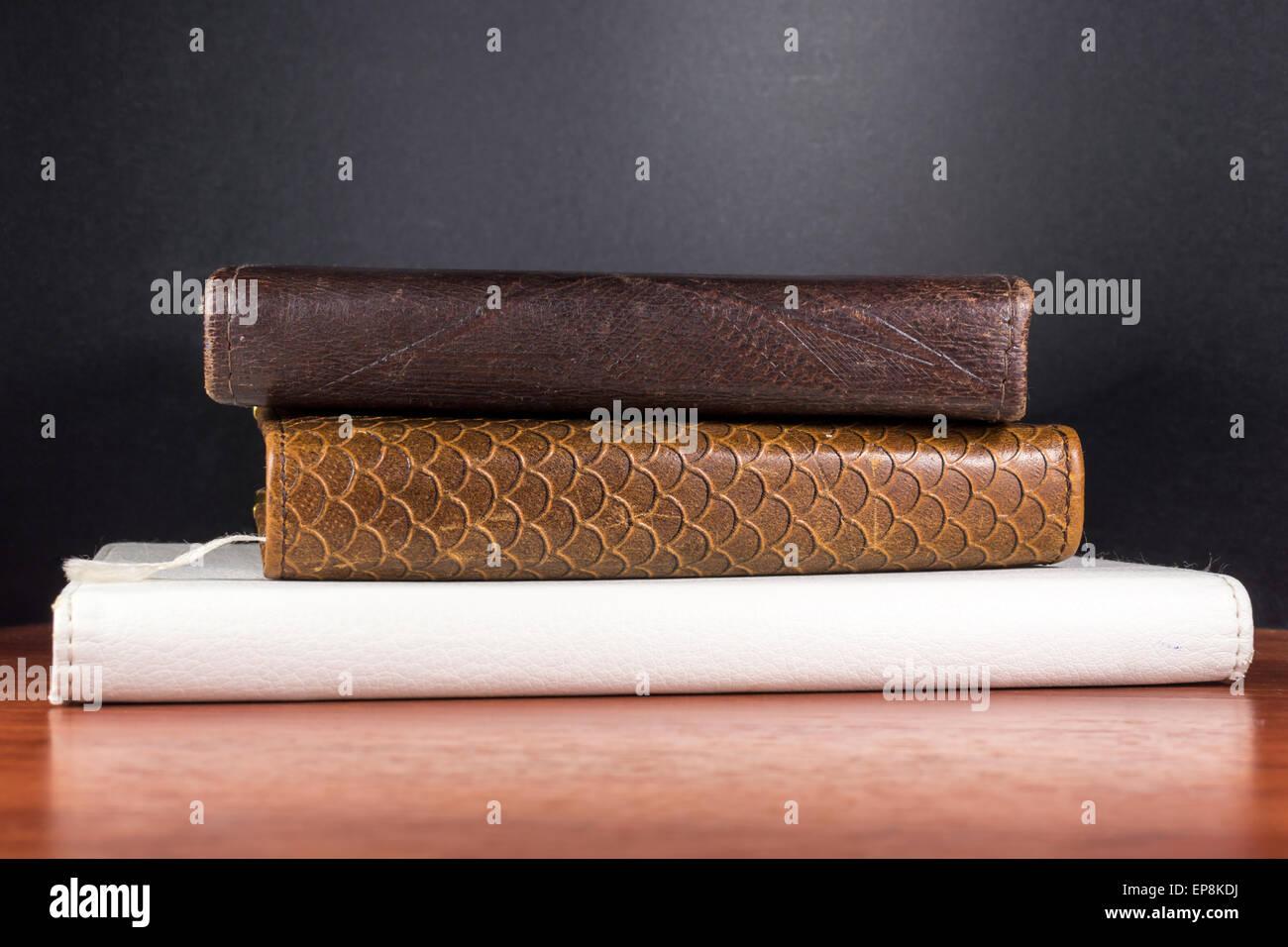 Faux cuir imitation épines de livres et d'un e-reader Photo Stock